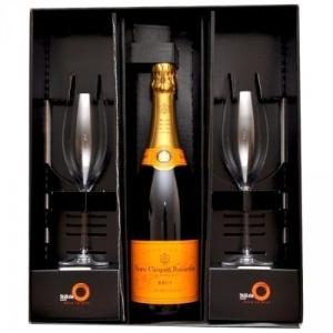 Woraus trinkt man Champagner?